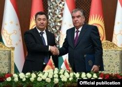 Кыргызстандын президенти Садыр Жапаров менен Тажикстандын президенти Эмомали Рахмон Дүйшөмбү шаарындагы жолугушууда. 29-июнь, 2021-жыл.