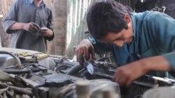 اطفال افغان و کارهای شاقه روی سرک