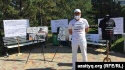 Адвокат Атырауской коллегии адвокатов Нурлан Жолболов проводит пикет с требованием реформ в судебной системе. Нур-Султан, 20 августа 2021 года