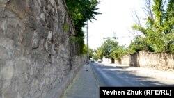 Почти вдоль всей улицы 4-й Бастионной тянутся высокие подпорные стены