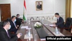 Тажикстандын премьер-министри Кохир Расулзоданын Кыргызстандын тышкы иштер министри Руслан Казакбаевди кабыл алуу учуру. 19-ноябрь, 2020-жыл.