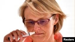 Njemačka ministrica obrazovanja Anja Karliczek, testira čulo mirisa tokom posjete istraživačkom timu za COVID-19 u Centru za neurodegenerativne bolesti u Bonnu, maj 2020.