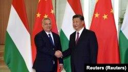 Kéz a kézben. Orbán Viktor Hszi Csin-Ping kínai elnökkel csaknem pontosan három évvel ezelőtt Pekingben