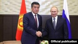 Сооронбай Жээнбеков и Владимир Путин. Архивное фото.