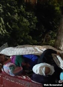 На кадре из видео — активисты, лежащие возле полицейского участка в Алматы. 25 июня 2021 года