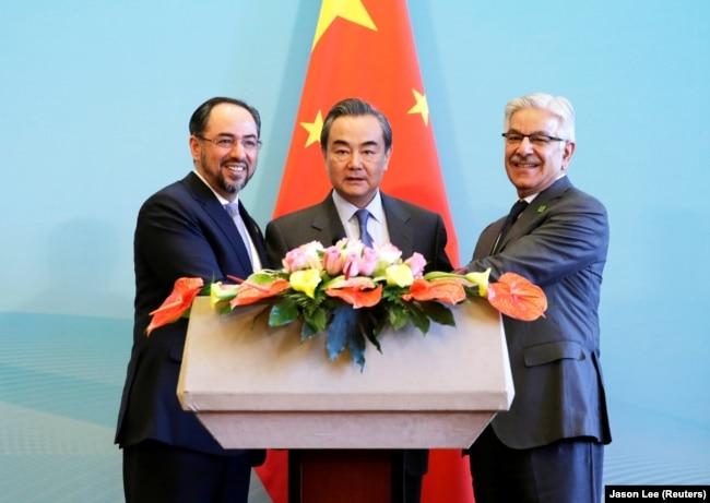 Afganistanski ministar vanjskih poslova Salahudin Rabani (lijevo), kineski ministar vanjskih poslova Vang Ji (u sredini) i pakistanski ministar vanjskih poslova Kavaja Asif 2017. godine.