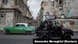Forțele de ordine patrulează Havana în urma protestelor care au început duminică în Cuba.
