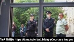 Полицейские смотрят в окно, как проходит аукцион