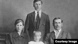 Григорий Каблуков с женой Александрой Каблуковой, дочерью Еленой и своим младшим братом Иваном