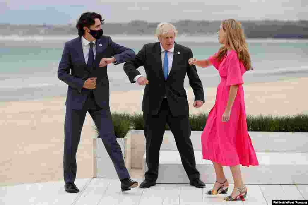 """Britanski premijer Boris Johnson, njegova supruga Carrie Johnson i kanadski premijer Justin pozdravljaju se laktovima, ustaljenim """"pandemijskim"""" pozdravom."""