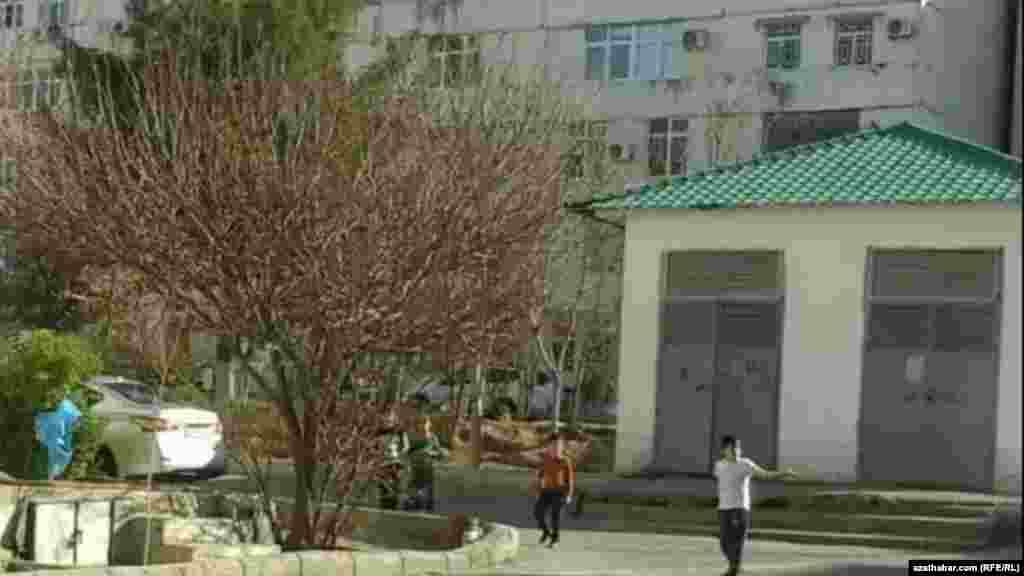 Гуляющие во дворе дети. Ашхабад, 2021 г.