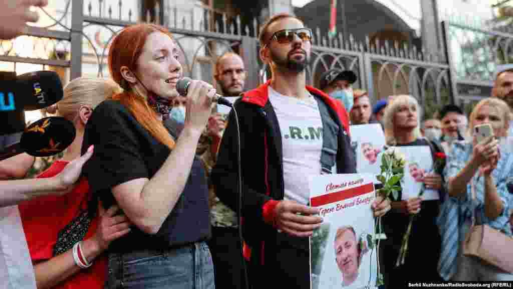 На акції виступила дівчина загиблого Божена Жолудзь, яка закликала відмовитися від мирних спроб повалити білоруський режим