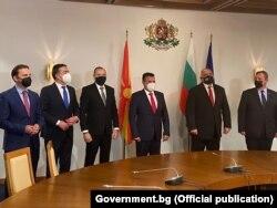 Македонската делегација предводена од премиерот Зоран Заев со бугарскиот премиер Бојко Борисов и вицепремиерот Красимир Каракачанов во Софија