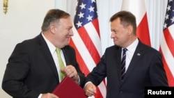 Američki državni sekretar Majk (Mike Pompeo) i poljski ministar obrane Marijuš Blaščak (Mariusz Blaszczak) pozdravljaju se laktovima nakon što su u predsjedničkoj palači u Varšavi potpisali sporazum o pojačanoj vojnoj saradnji, 15 augusta 2020.