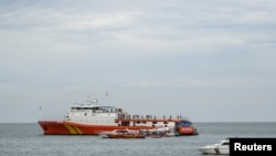 Спасувачи пребаруваат во морето каде што се урнал авионот.
