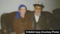 Кытайлык кыргыздардын залкар манасчысы Жусуп жубайы Айтбү эне менен. Үрүмчү, 1997-жылдын ноябры.
