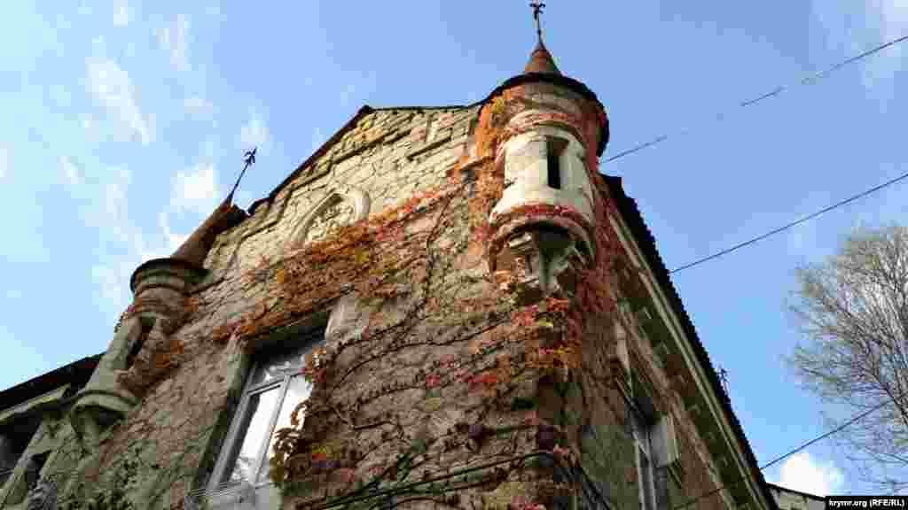 Південне крило дачі «розфарбоване» по-осінньому багряним плющем, який обплів стіни та маленькі вежі дачі