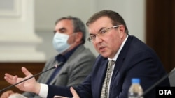 Министърът на здравеопазването Костадин Ангелов и държавния здравен инспектор Ангел Кунчев на брифинга, на който обявиха идеите за затягане на мерките