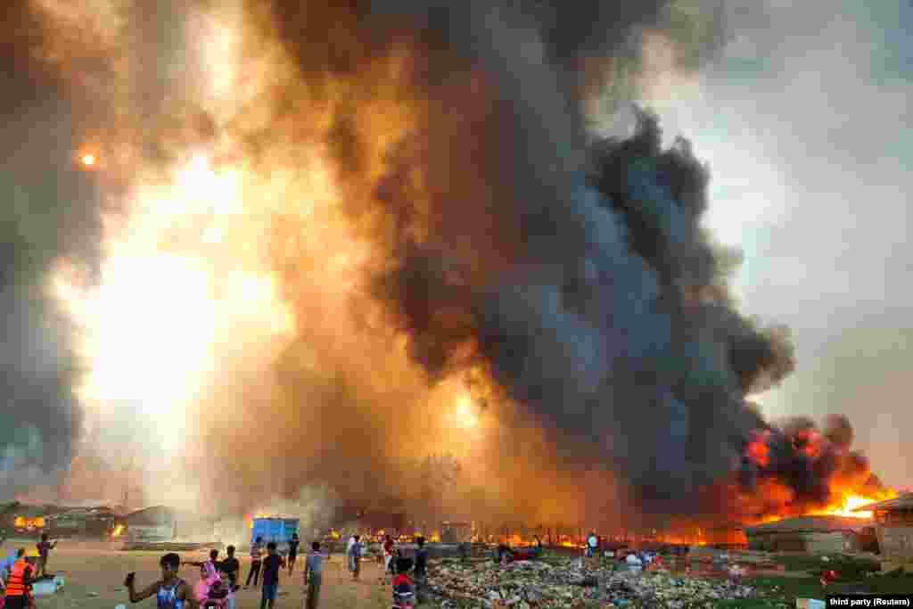 A bangladesi Cox Bazarban ütött ki a tűz. A tűzvész oka egyelőre nem ismert.