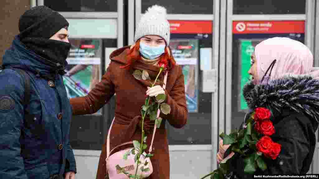 «Сьогодні, 1 лютого, увесь світ відзначає день хіджабу, і в цей день мусульманки вирішили порадувати українських жінок і показати, що ми, мусульманки, нікому не бажаємо зла, ми хочемо добра, ми хочемо підняти їм настрій і подарувати квіти», – розповіла одна з учасниць акції у Києві