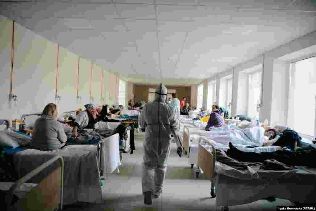 Врач в спецкостюме проходит по недавно открытому отделению для больных COVID-19