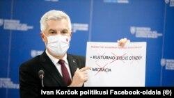 A szlovák külügyminiszter sajtótájékoztatón magyarázza, hogy a jogállamiság nem kulturális-etnikai kérdésekről vagy a migrációról szól