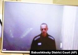 Alexei Navalnîi în timpului audierii sale de instanță prin transmisiune video de la penitenciar