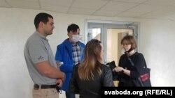 Падсудныя: цяжарная Паліна Ляшко (стаіць сьпінай) з мужам Андрэем (зьлева), Раман Дземідовіч (у блакітнай куртцы)