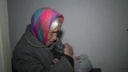 Старушка и голубь на окраине Донецка