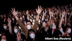 Шпанија - Луѓе носат заштитни маски на првиот масовен концерт од почетокот на пандемијата на коронавирусот во Барселона, Шпанија, 27 март 2021 година.