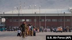 Евакуација од аеродромот во Кабул