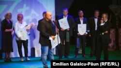 Mircea Surdu adresându-se spectatorilor
