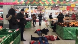 Зачем люди в разных городах России падают на пол магазинов?
