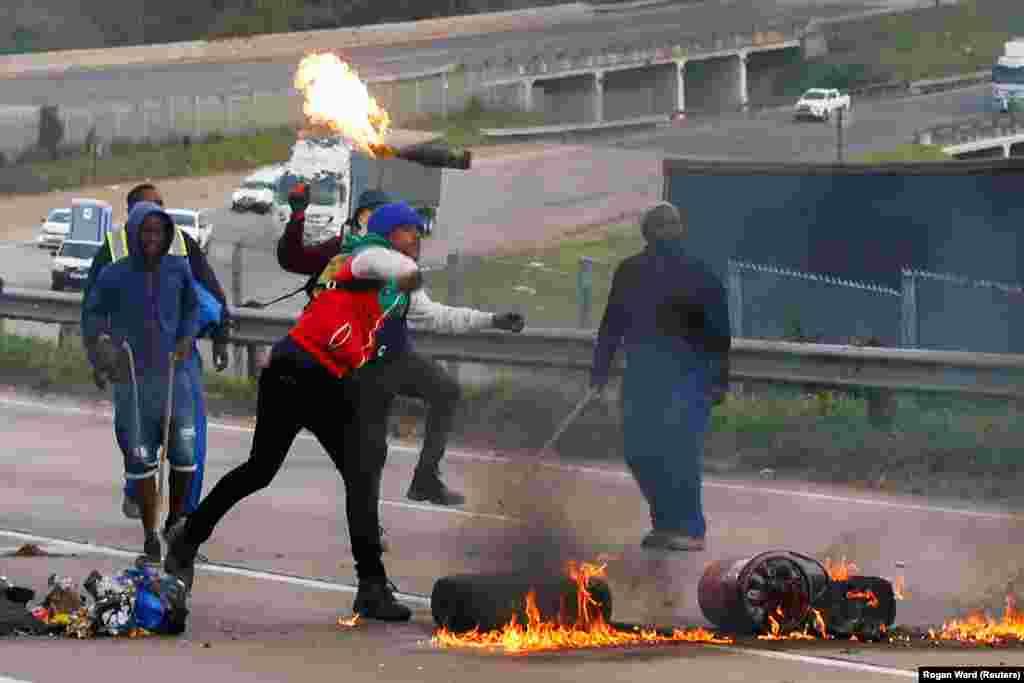 Égő gumiabroncsokkal zárták el az utat az autópályán Peacevale-ben a tüntetők.
