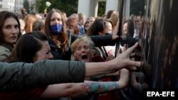 Жінки в Мінську намагаються блокувати автомобіль міліції із затриманими іншими учасницями жіночої акції солдіраності, 13 вересня 2020 року