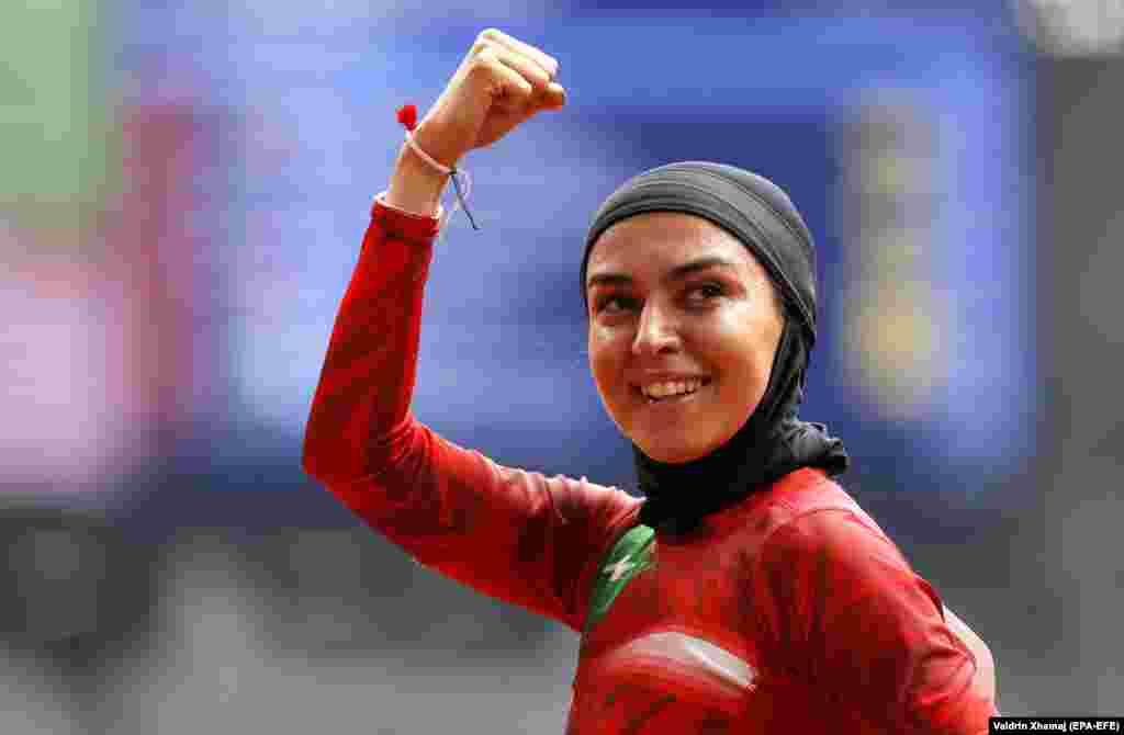 Іранка Фасіхі Фарзане радіє перемозі у перегонах на дистанції 100 м серед жінок під час змагань з легкої атлетики на Олімпійських іграх у Токіо-2020. 30 липня 2021 року