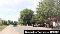 Көшеде кетіп бара жатқан жолаушы автобусы. Шаңырақ, Алматы, 7 шілде 2021 жыл.