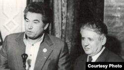 Мирзо Турсунзаде (справа) с Чингизом Айтматовым