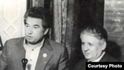 Ч. Айтматов жана М. Турсунзаде Кыргызстан маданиятынын Тажикстандагы күндөрүндө. 1976-жыл, Дүйшөмбү шаары.