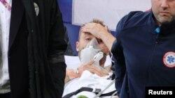 Данскиот играч Кристијан Ериксен беше изнесен на носила од фудбалскиот терен