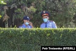 Міндетті вакциналауға қарсылардың митингі өтеді деген жерді күзетіп тұрған полицейлер. Алматы, 17 шілде 2021 жыл.