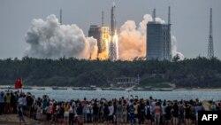 Racheta Long March 5B, care transportă modulul central al stației spațiale Tianhe din China, se ridică de la Centrul de lansare spațială Wenchang din sudul Chinei pe 29 aprilie.