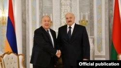 Президент Армении Армен Саркисян (слева) и президент Беларуси Александр Лукашенко