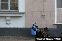 Женщина с собакой на одной из улиц Москвы