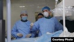 Ош облус аралык клиникалык ооруканасындагы жүрөккө өзгөчө операция жасоо учуру. 27-ноябрь, 2020-жыл. (Сүрөт өкмөттүн Оштогу өкүлчүлүгүнө таандык).
