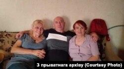 Сьвятлана Купрэева (зьлева) зь сябрам Леанідам Галубовічам і маці Тацянай Міклаеўнай. Архіўнае фота