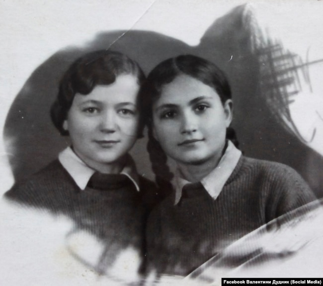 Хая Дудник (справа) на фото сделанном в 1940 году.  Фото с Facebook страницы Валентины Дудник
