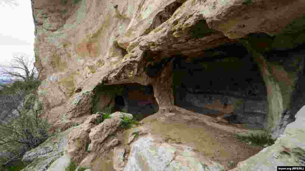 Судячи з численних винодавилень, видовбаних на території монастиря, основним промислом ченців було виноробство
