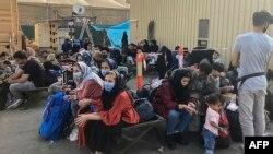انتظار مردم برای بیرون شدن از افغانستان در میدان هوایی کابل