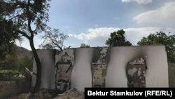 Қырғыз-тәжік шекарасындағы жанжал кезінде өртенген үйлердің бірі. Баткен облысы, Қырғызстан. 2021 жыл.
